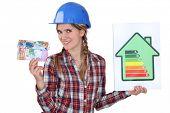 Mujer con dinero y tarjeta de calificación energética