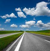 Постер, плакат: пейзаж с дороги и пасмурное голубое небо