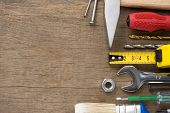 conjunto de herramientas sobre fondo de textura de madera