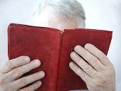 homem mais velho, lendo um livro
