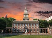 Unabhängigkeit Hall National Historic Park Philadelphia Pennsylvania mit Sonnenuntergang-Himmel.