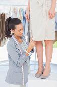 Hübsche Designer Kommissionierung Nadeln auf Kleid