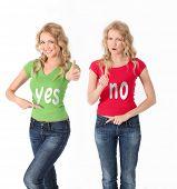 blond Frauen mit farbigen Shirt gegenüber Stellungnahme