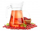 Krug Cranberry-Saft mit Preiselbeeren, isolated on white