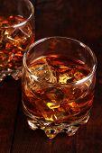 Copas de brandy con hielo sobre fondo de madera