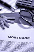 Documento de hipoteca inmobiliaria en escritorio de agente de bienes raíces