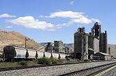 Vagões na fábrica de cimento