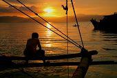 Angeln-Mann auf den Sonnenuntergang