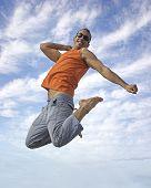 Young active man making a big jump foto.