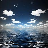 Nubes con estrellas sobre el agua de la ondulación
