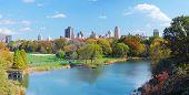Parque Central de Nueva York Manhattan panorama en Lago de otoño con rascacielos y el ingenio de árboles coloridos