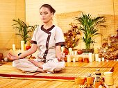 Bambú masaje en el spa y la mujer. Relajación de lujo.