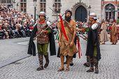 Brügge, Belgien - Mai 17: Jährliche Prozession des Heiligen Blutes an Christi Himmelfahrt. Einheimischen führen dram