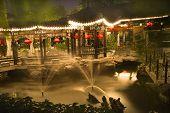 Постер, плакат: Красные фонари фонтаны храм солнца Пекин Китай ночи