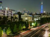 Torre de Tóquio noite foto distante com carros