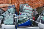 pic of dump  - Auto dump which kept crushed between cars  - JPG