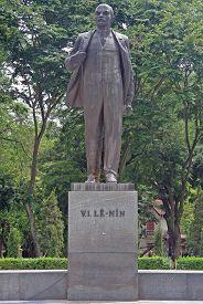 foto of lenin  - statue of V - JPG