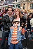 LOS ANGELES - 7 de mayo: Eric McCormack, esposa Janet, hijo Finn llegando a los