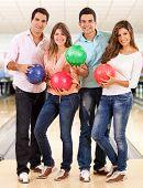 Постер, плакат: Счастливый Группа друзей боулинг и проведение шарики