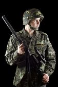 Soldado segurando uma arma