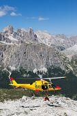CORTINA D'AMPEZZO, Italia - 21 de agosto: Rescate de la montaña con un helicóptero en los Alpes italianos. Agosto
