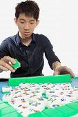 Chinese man spelen Mahjong, traditionele China gok.