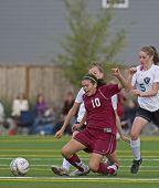 Meisjes Hs Varsity Soccer nemen een knie