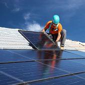 Hombre instalar paneles solares