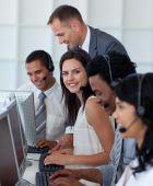 Geschäftsfrau In einem Call-Center mit ihrem Team und Manager