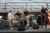 NEW YORK - Juli 1: Blues-Sänger John Hammond (Center-L) führt im Wagner-Park mit dem Schlagzeuger Neil Go