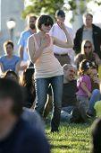NEW YORK - Juli 1: Ein Lüfter Tänze während ausführt, Blues-Sänger John Hammond im Wagner-Park am 1, 2