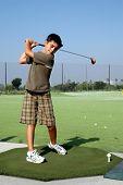 Menino no campo de golfe