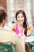 Pareja bebiendo Ron sonriendo café al aire libre feliz divirtiéndose en viaje de vacaciones en la Habana Vieja, C
