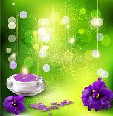 Hintergrund mit romantischen Veilchen und Kerzen auf einem grünen Hintergrund