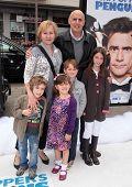 LOS ANGELES - 12 de JUN: Jeffrey Tambor & familia llegar a