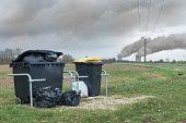 Постер, плакат: Бытовых отходов контейнер перед АЭС с темный дым