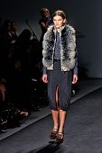 NEW YORK - februari 07:A model loopt de landingsbaan op de Timo Weiland Women's Val 2013 collectie Me