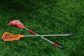 Um par de bastões de lacrosse deitado em um campo