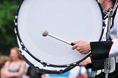 Schlagzeuger spielen große Trommel in parade