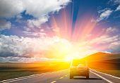 Постер, плакат: Солнечный свет над дорогой