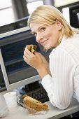 Постер, плакат: Предприниматель наслаждаясь сэндвич во время перерыва обеда