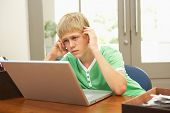 Suche Teenager mit Laptop zu Hause besorgt