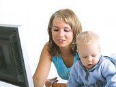 Mutter mit kleiner Junge Blick auf laptop