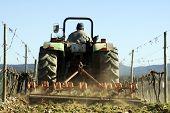 Campo de labranza de tractor
