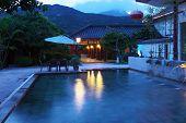 Cabeça de dragão, piscina termal