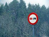 Постер, плакат: Дорожный знак в снегу