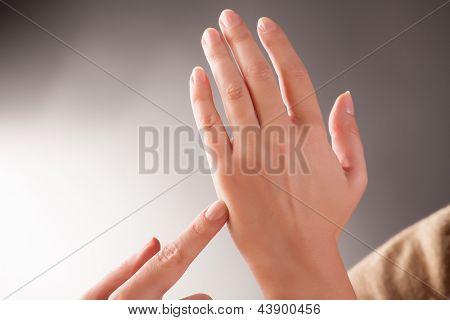 Постер, плакат: Женщина делает EFT на каратэ Чоп точки Эмоциональная Свобода Техника выстукивать форма counselin, холст на подрамнике