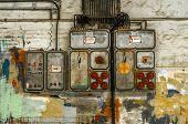 Caja de fusibles industriales en la pared