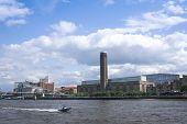 Sppedboat Thames River Tate Modern