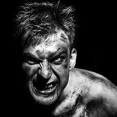 Maniac sangrienta en oscuridad
